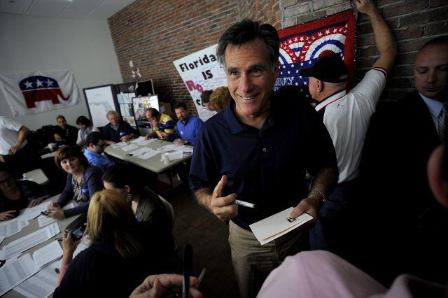 El aspirante a la candidatura republicana a la Presidencia de Estados Unidos Mitt Romney se reune con un grupo de voluntarios de su campaña, en la sede de Tampa, Florida.