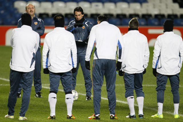 Unai Emery, técnico del Valencia, da las últimas instrucciones a sus jugadores de cara al choque de hoy en casa ante el Barcelona.