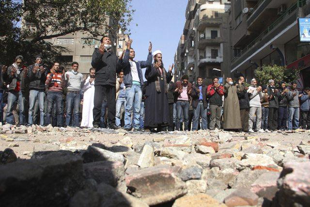 Los manifestantes rezan la oración del mediodía mientras continúan los enfrentamientos contra las fuerzas de seguridad en El Cairo, ayer.