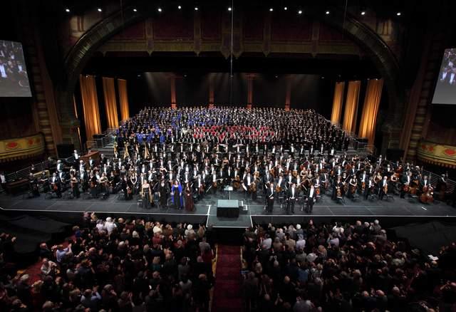 El escenario del Shrine Auditorium el sábado noche, con dos orquestas, 16 coros y ocho solistas, todos dirigidos por Gustavo Dudamel (este al centro y al frente en foto arriba y dirigiendo en foto abajo).
