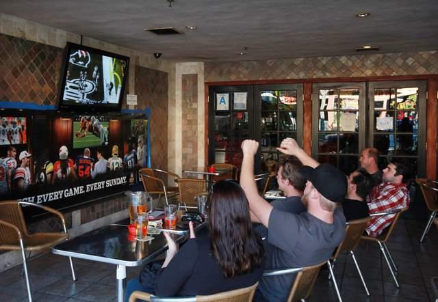 Aficionados miran el Super Bowl en un bar de Burbank, Calif. Muchos se quedaron en sus casas disfrutando del partido entre los Gigantes de Nueva York y los Patriots  de Nueva Inglaterra.