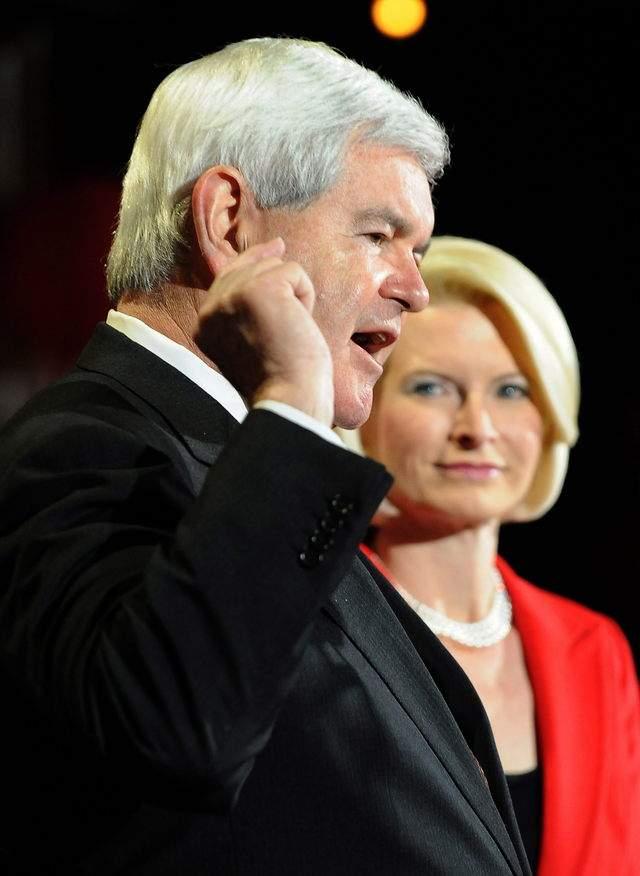 El candidato presidencial republicano Newt Gingrich (i) habla junto a su esposa, Callista (d), en un evento de campaña en Las Vegas.