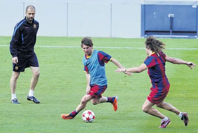 Josep Guardiola, quien aquí observa una acción entre Messi (izq.) y Puyol, sabe que el Valencia será un adversario difícil de superar.