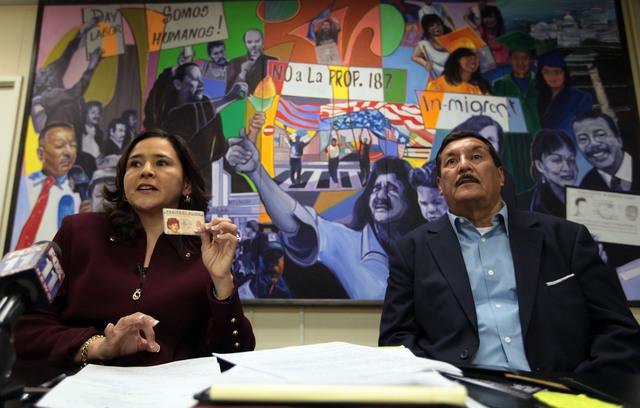 Ramiro Fonseca con su abogada Jessica Dominguez, en las oficinas de CHIRLA.