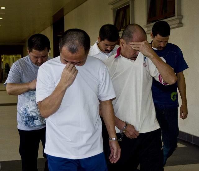 Los hermanos (atrás) encararían la pena de muerte si el juez  Mohamed Zawawi los halla culpables.