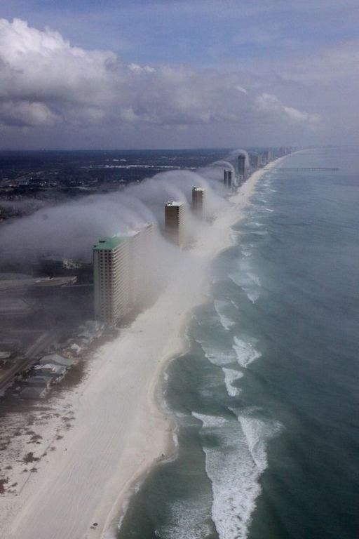 Niebla crea 'tsunami' de nubes sobre edificios en Florida