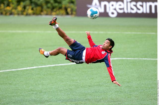 Marco Fabián levanta la mano para ser tomado en cuenta mañana en la cancha del Estadio Tecnológico contra el Monterrey.