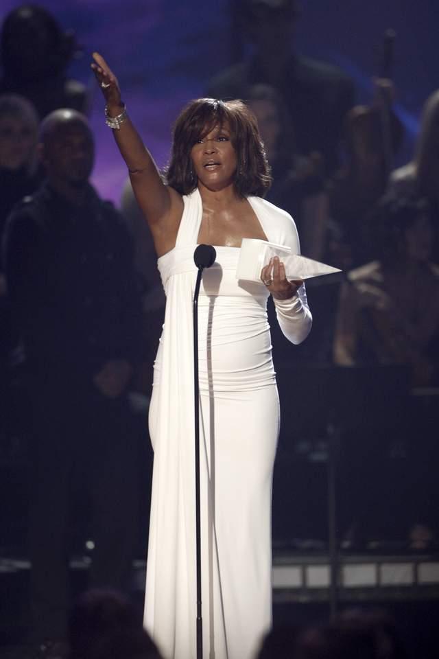 Calmantes y alcohol pudieron asesinar a Whitney
