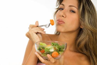Comer desnudo ahorra calorías