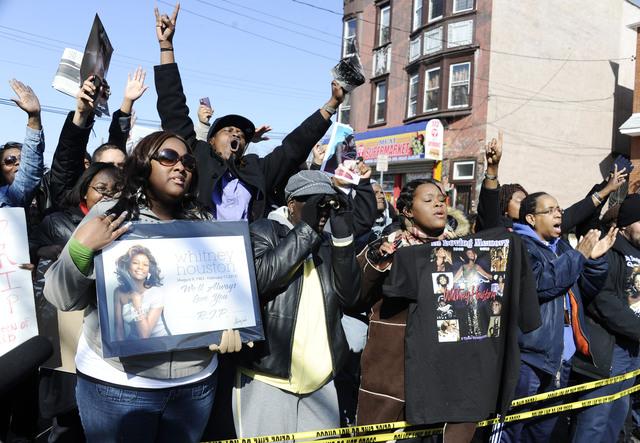 Admiradores lloran a Whitney Houston en calles