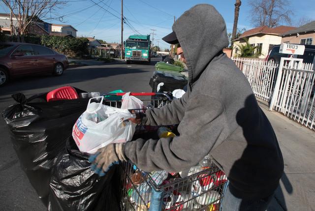 Los Ángeles pelea el reciclaje a los pobres