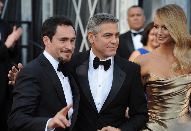 Demián Bichir, George Clooney y Stacy Keibler, pareja de este, en la alfombra de los Oscar el domingo.