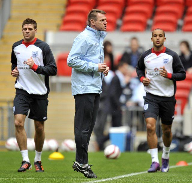 La selección inglesa entrena bajo las órdenes de Suart Pearce (centro)  luego de la inesperada renuncia del italiano Fabio Capello.
