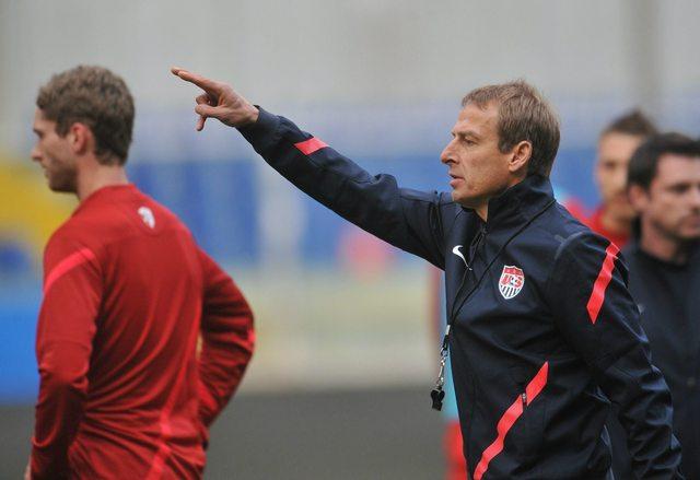 El técnico de Estados Unidos, Jurgen Klinsmann, da indicaciones a su equipo para el choque de hoy ante una potencia mundial: Italia.