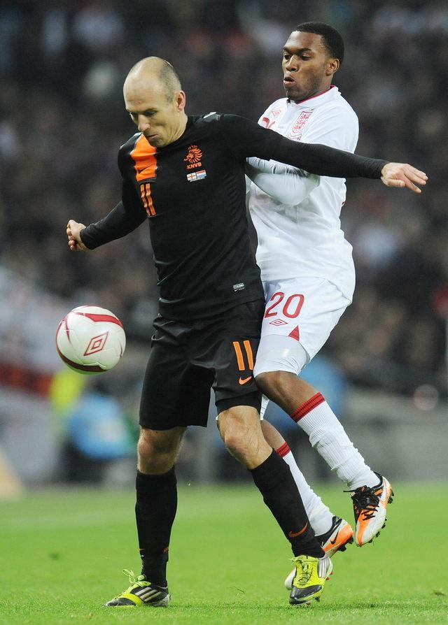 Robben guía a Holanda
