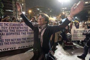 Miles en Atenas contra recortes