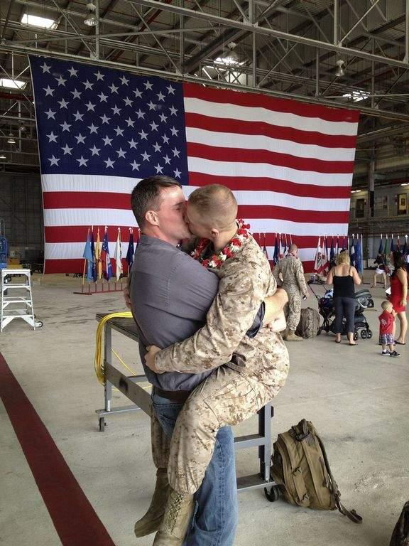 Beso gay de marines revoluciona internet