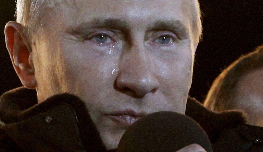 El líder ruso, Vladímir Putin, deja correr lágrimas al declarar su victoria en las elecciones presidenciales, durante un masivo acto en Moscú.