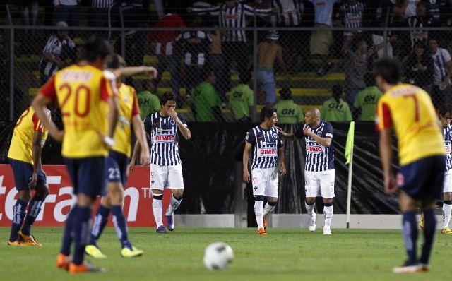Humberto 'Chupete' Suazo (al fondo, derecha) fue anoche el verdugo del equipo michoacano, al que dejó moribundo en la Concachampions.