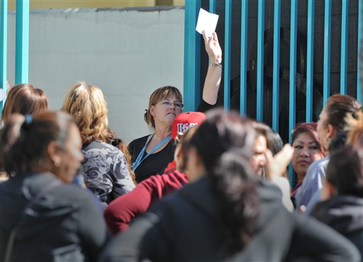 Personal de la escuela secundaria de Carson llamaba a los estudiantes hoy a medida que los padres los iban a recoger, para evitar que salieran de los salones sin un destino fijo.
