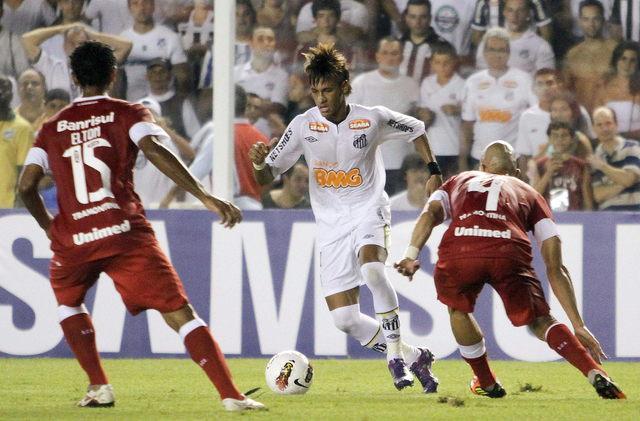 Neymar responde con triplete