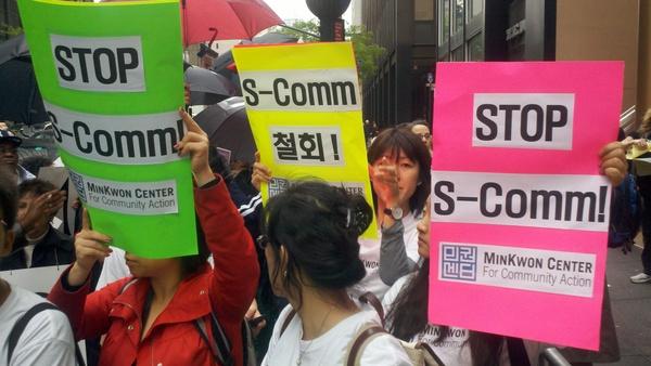 Inmigrantes protestan contra S-Comm.