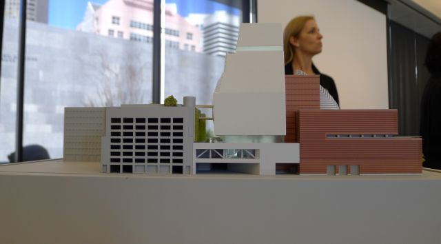 Sandra Farish Sloan, de SFMOMA, durante la presentación de la maqueta con cambios arquitectónicos del museo.