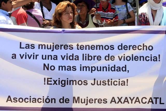 Una mujer sostiene una pancarta en una marcha en Nicaragua exigiendo el fin de la discriminación contra el género femenino.
