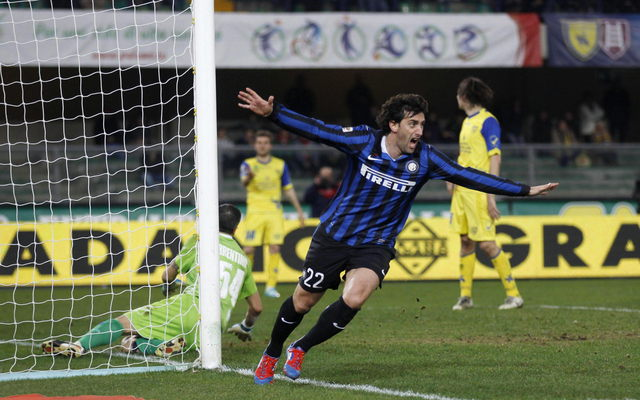 Diego Milito festeja tras anotar el primer gol del Inter sobre un aguerrido Chievo. Su compatriota Walter Samuel selló el triunfo.