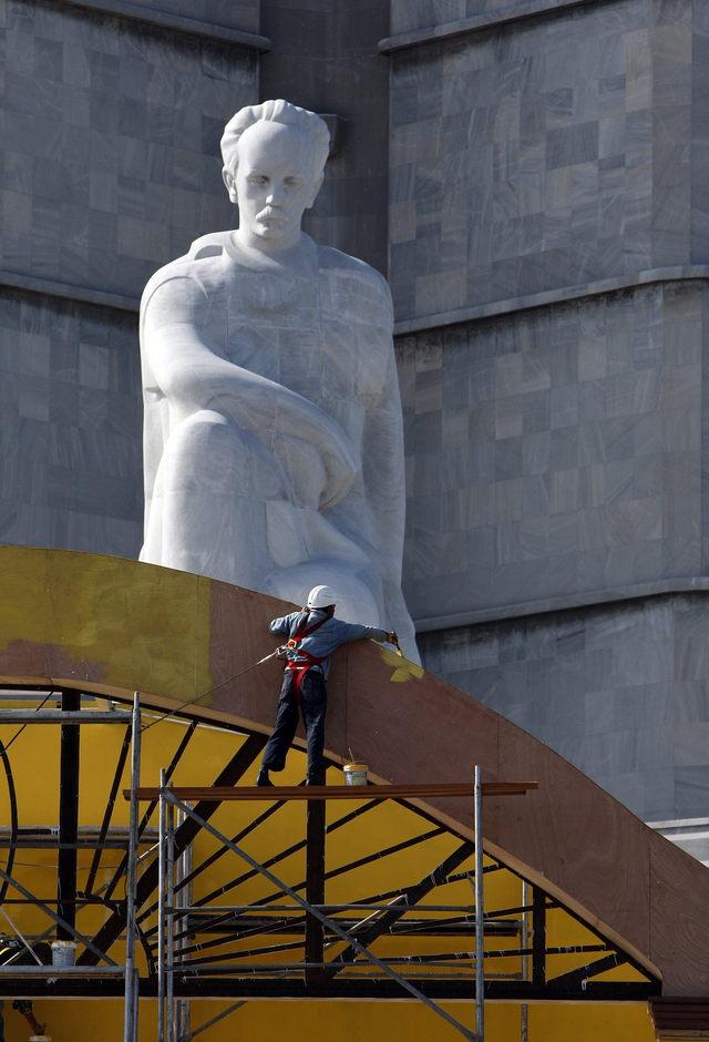 Un obrero trabajaba ayer en el montaje del altar desde el cual el papa Benedicto XVI oficiará una misa al aire libre como colofón de su visita a la isla, en la Plaza de la Revolución, de La Habana.