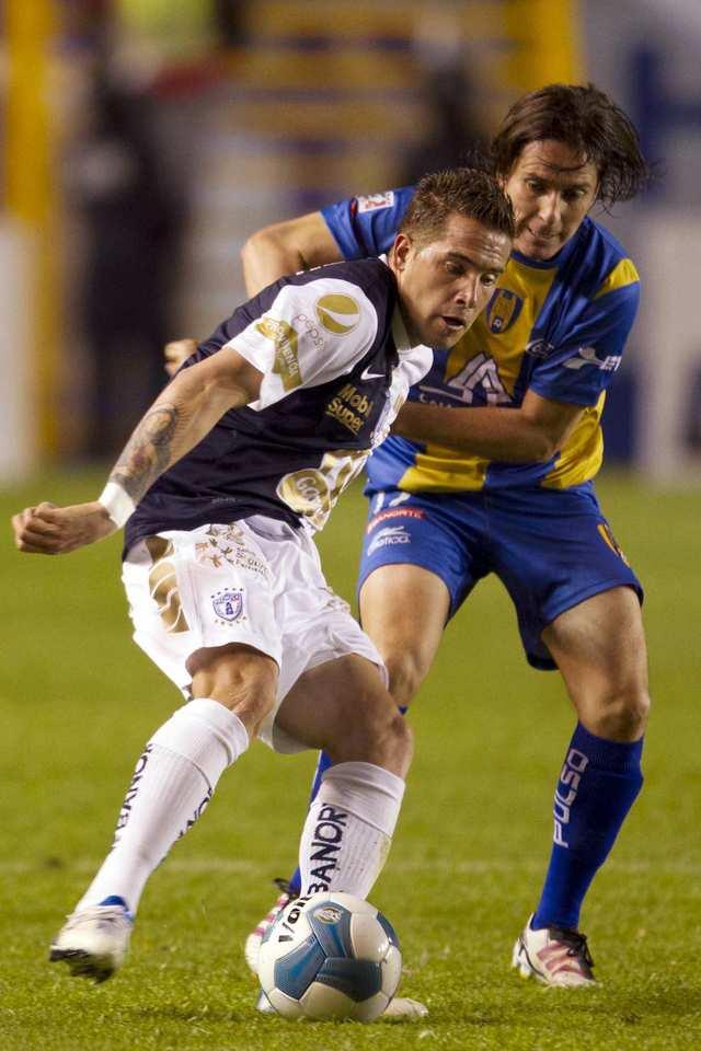 Mauro Cejas (izq.) y Daniel Alcantar luchan por el esférico.