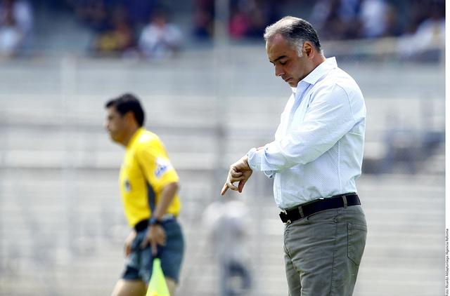 Memo Vázquez, DT de Pumas, observa su reloj.