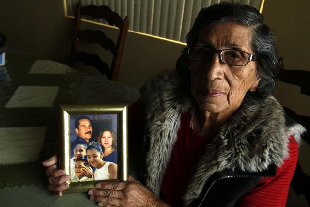 Margaret Ibarra, de 80 años, muestra la foto de su hijo preso  y sus tres nietos, a quienes tuvo que criar sola .