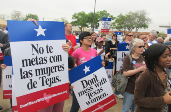 Mujeres en Houston se manifiestan contra Perry