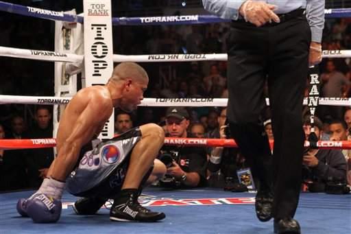 En el asalto 10 López cayó al cuadrilátero aunque logró levantarse.