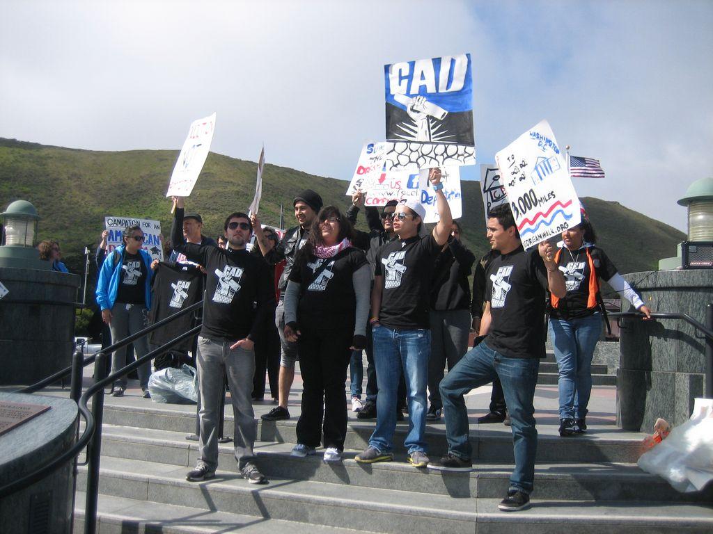 Jóvenes por el Dream Act en Vista Point, a unos metros del Golden Gate en San Francisco.