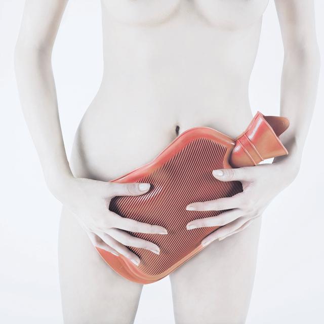 La endometriosis causa que la mujer sufra un intenso y crónico dolor en la región pélvica.