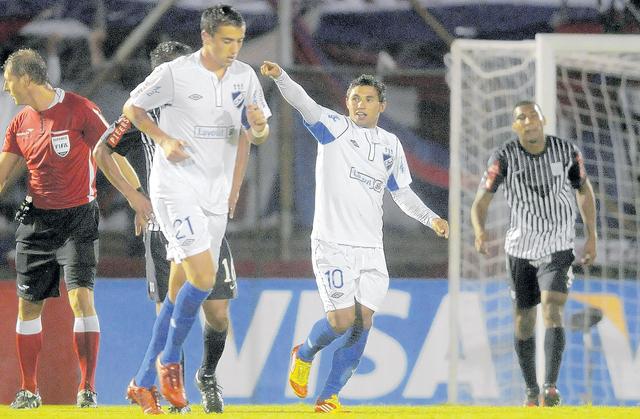 Tabaré Viudez (10) celebra el gol que a la postre significaría la victoria de Nacional de Montevideo sobre Alianza de Lima.