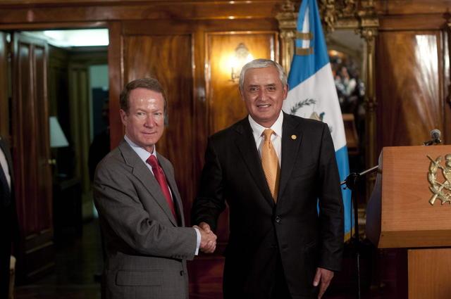 El subsecretario de estado adjunto antidrogas de EEUU, William Brownfield, con el  presidente guatemalteco, Otto Pérez Molina