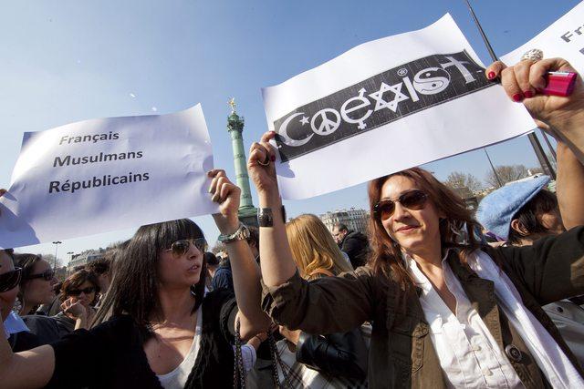 Miles de personas se manifiestan en París.
