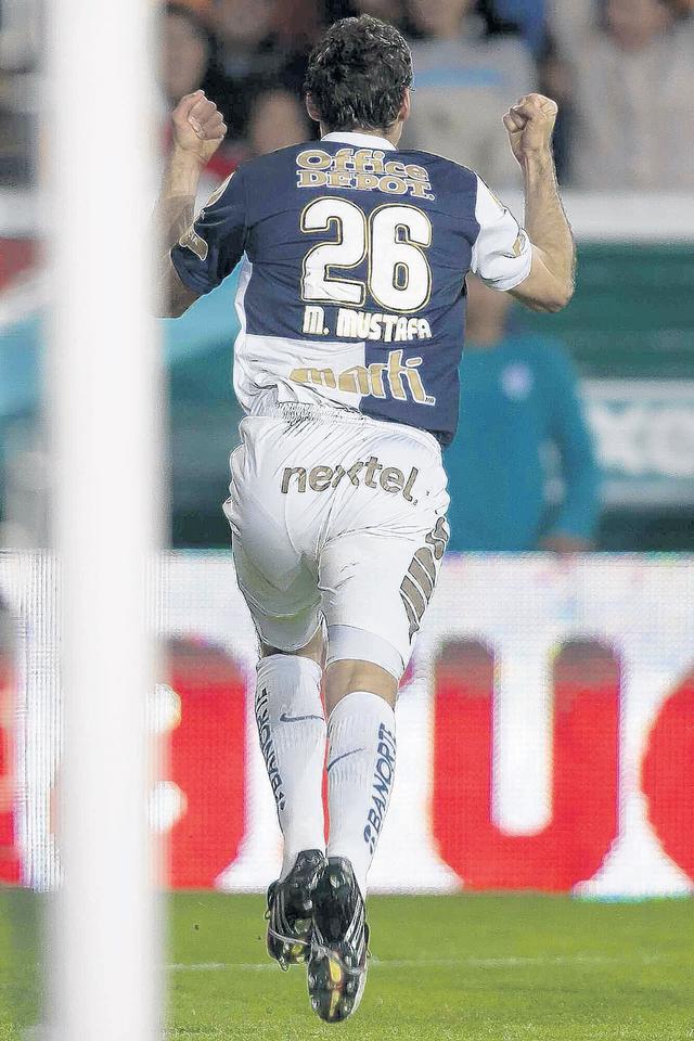 Javier Muñoz celebra luego de anotar sobre el cuadro tijuanense.