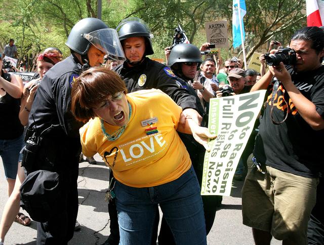 La controversial ley SB1070 ha sido el marco de multiples protestas las cuales han resultado en arrestos a nivel nacional.