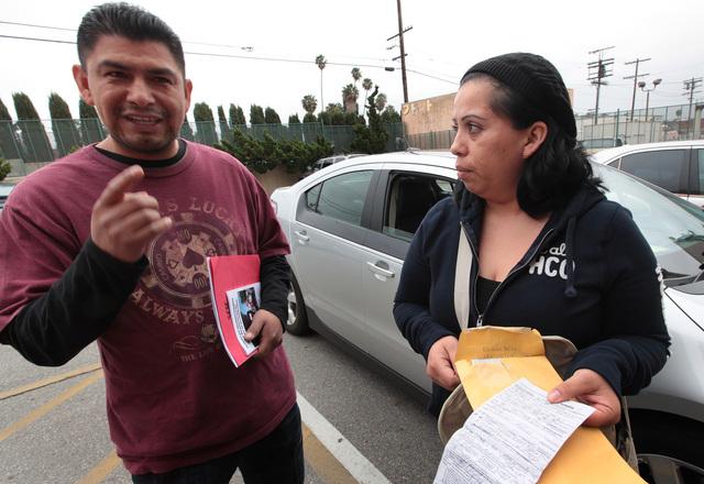 Andres Contreras y su esposa hablan con La Opinión acerca del día en el que les decomisaron su auto por no tener licencia de conducir.