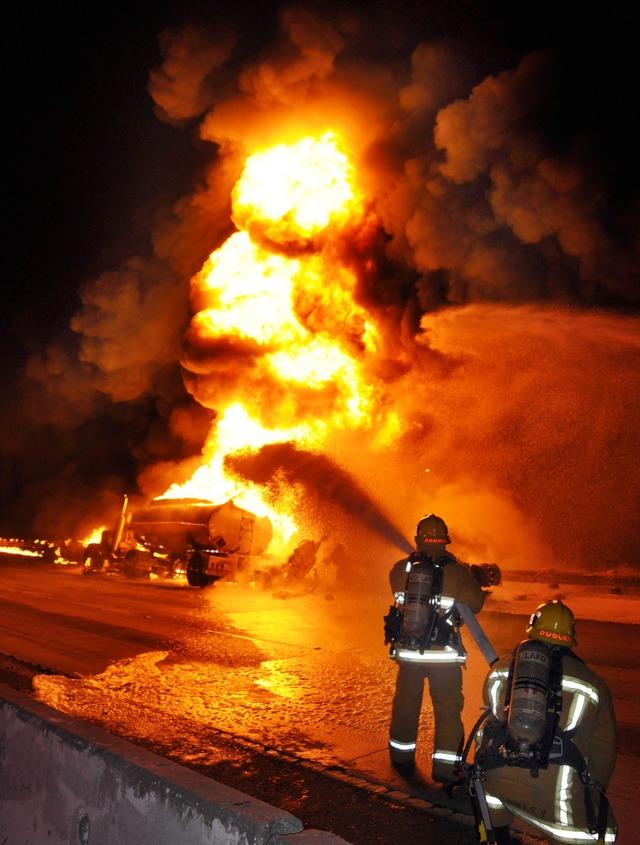 Camión en llamas cierra autopista 134