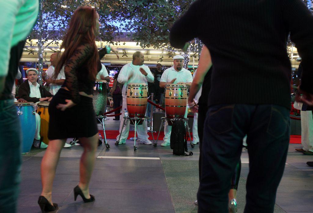 Luis Enrique enseña a bailar en el Congreso de Salsa