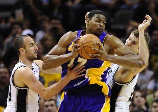 Bynum impulsa a Lakers