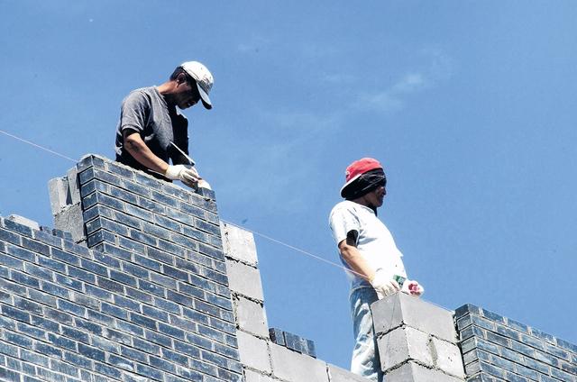Trabajadores de la construcción alegan que a veces los subcontratistas les exigen traer sus propios equipos de seguridad.