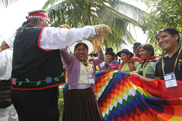 Una indígena boliviana (c) baila con un nativo canadiense (i), durante el comienzo de la reunión de líderes indígenas.