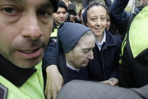 Monja acusada de robar niños en España, se negó a declarar