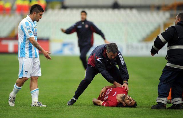 En la imagen, el momento en que Piermario Morosini, de 25 años, cae al campo.